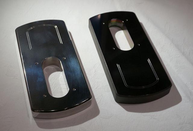 画像: Air Force ZEROのトーンアームベース。左のチタン製が通常仕様で、右のタングステン製はオプションとして準備されている