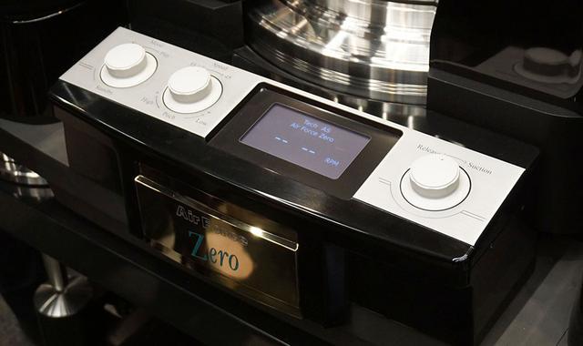 画像: 本体前面操作部。3つのダイヤルは左から電源、回転数/ピッチ、モニター部を挟んでディスク吸着用