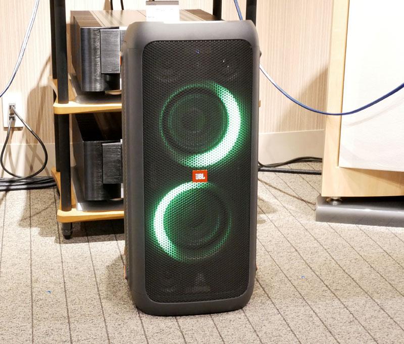 画像: 「JBL PARTYBOX 300」。ウーファーユニットの周囲にはLEDライトが埋め込まれており、メロディに合わせて点灯する