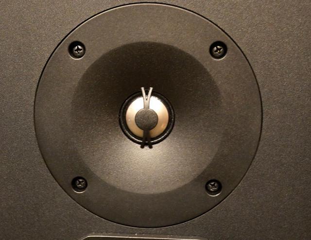画像: 「L100 Classic」のトゥイーター。チタン振動板を採用する