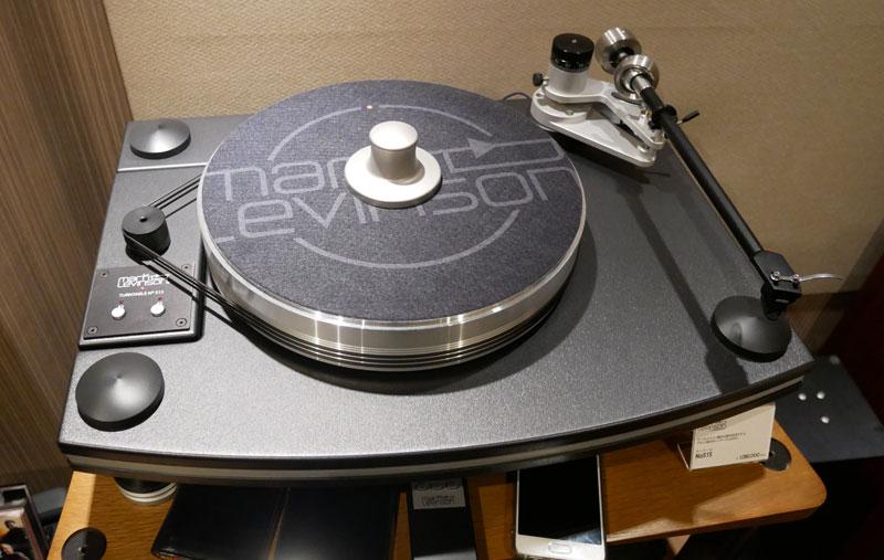 画像: 試聴室にはマークレビンソン製のターンテーブル「No515」もあるので、アナログレコードの再生も可能
