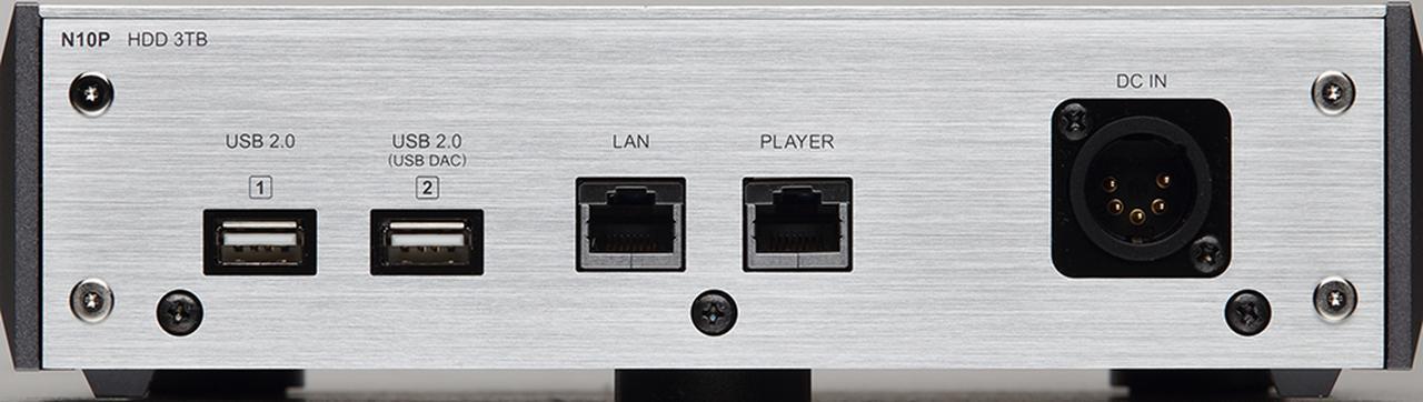 画像: 本体背面には、USBタイプA端子を2系統、LAN端子も2系統を装備する。筐体は2mm鋼板シャーシをベースにアルミニウムを組み合わせている。フットはタオック製の3点支持タイプ