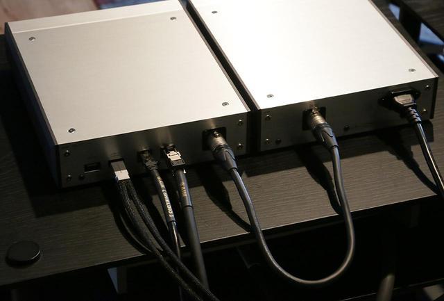 画像: 左から、コードのDAVEとつながれるアコースティックリヴァイブ製USBケーブル・USB-1.0SP、スイッチングハブとつながれるエイム製LANケーブル・NA1、リンKLIMAXDS/3とつなぐエイム製LANケーブル・NA7。電源ケーブルは付属品を用いた