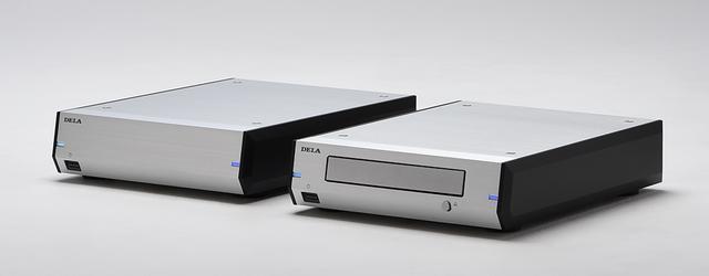 画像: N10、N100と同一サイズ、同一デザインの光ディスクドライブと増設用ストレージもラインナップ。写真は左からE100(3TバイトHDD。¥70,000+税)とD100(BD/DVD/CDドライブ。¥70,000+税)