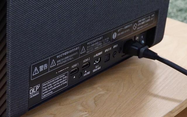 画像: 本体背面(スクリーン側)の下部に接続端子を備える