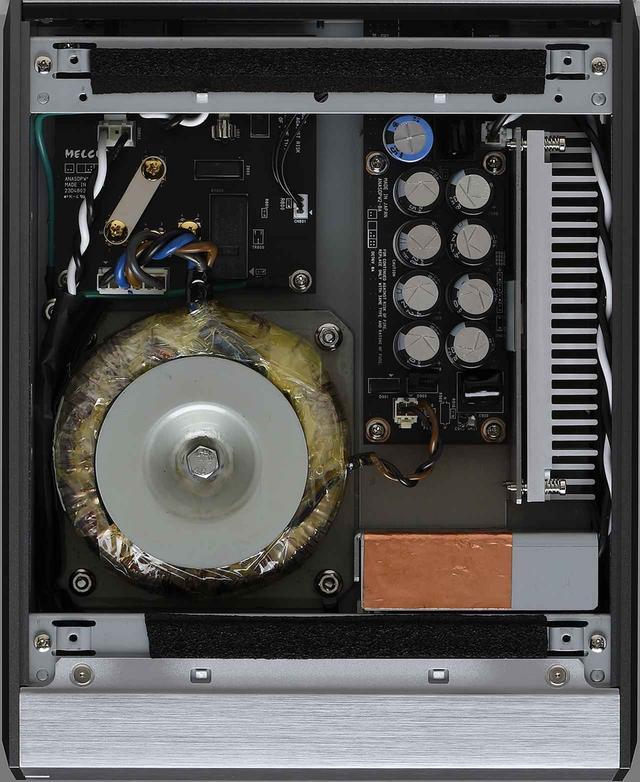 画像: 一般的なミュージックサーバーやNASでは、スイッチング電源が用いられるが、本機ではトロイダルトランスや多数の電解コンデンサーを使ったアナログ・リニア電源を搭載している。内部の基板配置や配線材の引き回しにも、本機が本格オーディオコンポーネントとして設計されていることがうかがえる