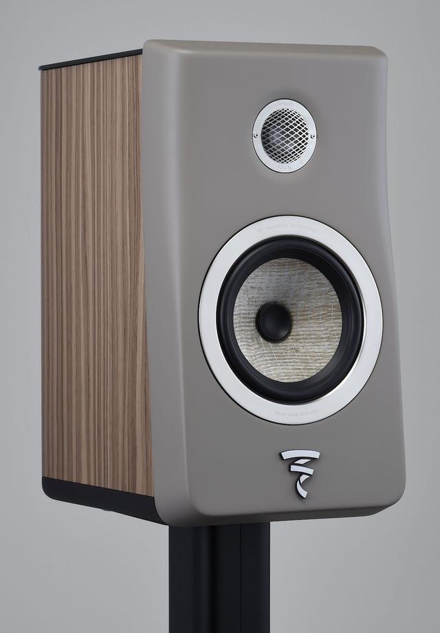 画像: Tweeter/フォーカルのキーテクノロジーであるベリリウム振動板を使った逆ドーム型トゥイーターをもちろん搭載。この形状は同口径の一般的なドーム型トゥイーターに比べて、ボイスコイルを小型化できるのがポイントのひとつで、ユニットの軽量化にもつながっている。ユニット背面には素材違いの3層構造を使って効率よく背圧コントロールと吸音(消音)を行なっている Woofer/ウーファーユニットには上級機Sopra(ソプラ)で開発されたTMD(チューンド・マス・ダンパー)技術を採用している。写真では見えにくいがエッジに2本の円形リブが搭載されており、エッジの共振減衰と歪みの低減に効果的に作用している