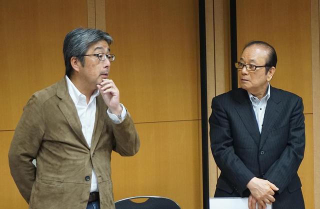 画像: HiVi4月号で漆塗りスピーカーについての取材を担当してくれた山本さんは、その際の印象も交えて製品解説を行なってくれた