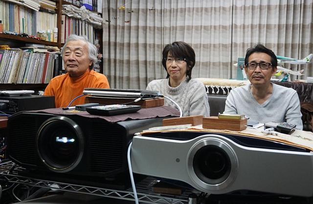 画像: 麻倉さんのシアタールームにて、国内盤UHDブルーレイ『ボヘミアン・ラプソディ』を140インチ+ドルビーアトモス再生した。中央は20世紀フォックスの原田登久子さんで、右は同じく20世紀フォックスの神田一良さん