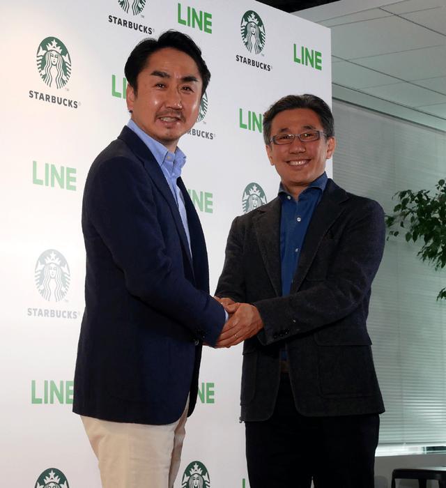 画像: 会見後に記念撮影に応じるスターバックス コーヒー ジャパンCEO水口氏(右)とLINE 出澤社長