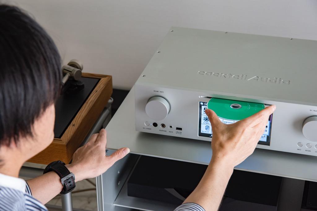 画像: 内蔵CDドライブを使って、CDをそのまま再生できるほか、CDをデータとして取り込むこと(リッピング)も簡単。本機はMQAデコード機能も備わっているので、ユニバーサルなどから発売されているMQA-CDをフルデコードして再生できるのは便利だ