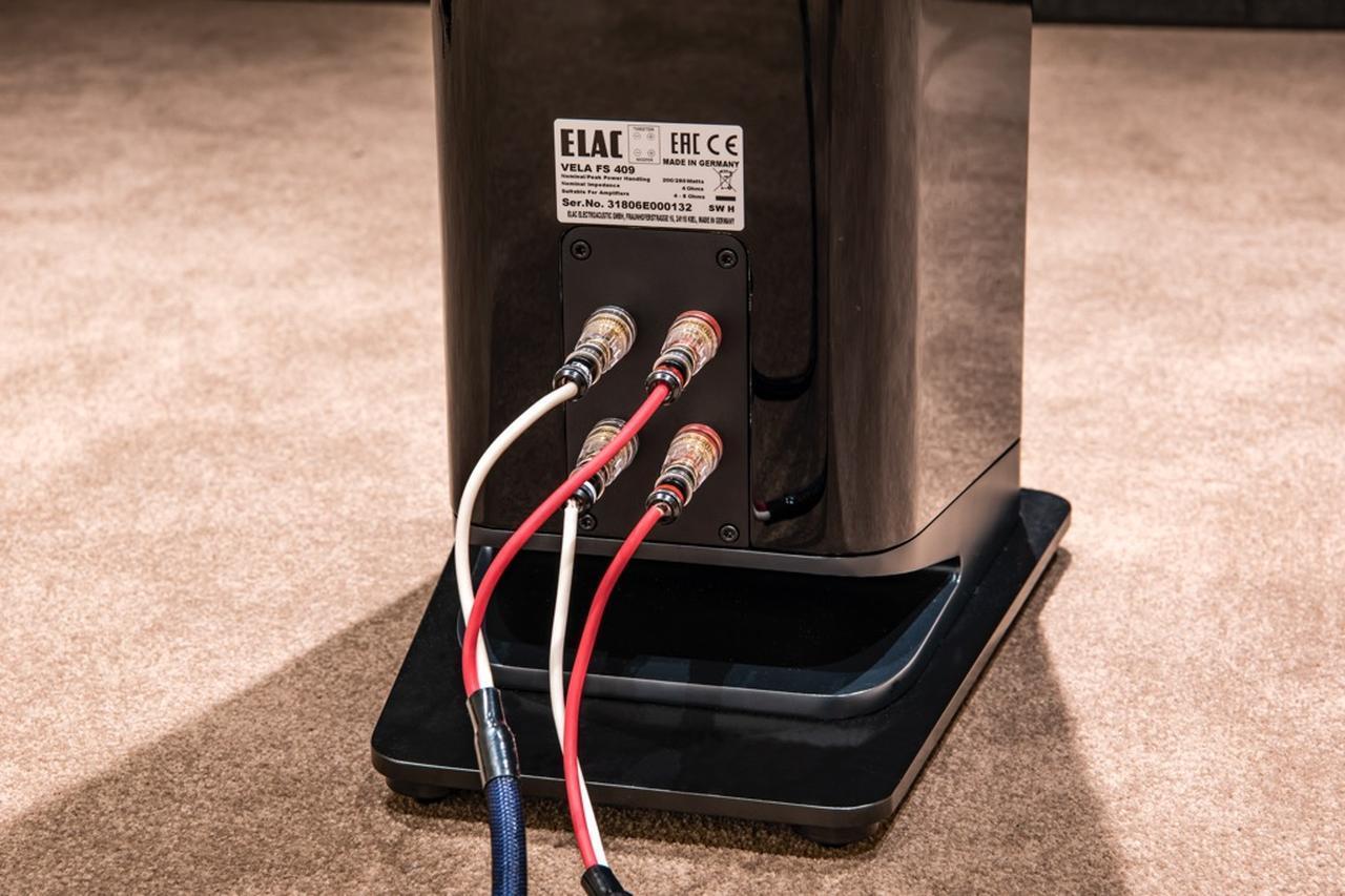 画像: ▲まずVELA FS409を使ったステレオシステムで再生。当初はデ ノンのAVC-X8500Hとシングルワイヤリング接続でつないでいた が、X8500H側のバイアンプ接続機能を活用。バイアンプ接続を試 したところ、これが大当たり。再生品位がグッと高まった。従来の 400LINEはシングル接続専用だったが、VELA400LINEからは全モ デルでバイワイヤリング接続(バイアンプ接続)が可能となった