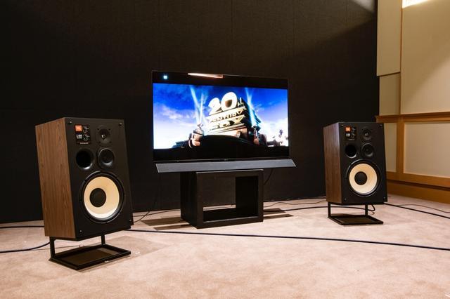 画像: ▲パナソニックの55型有機ELテレビを中心にして、JBL L100 Classicを左右にセット。テレビ画面の影響を抑えるようスピーカーを少し前方に配置させた