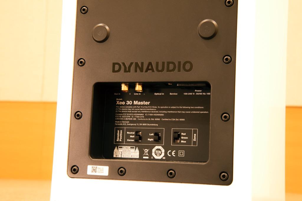 画像: ▲Xeo30は、マスターとスレーブと2本1組のペアでステレオ再生を行なうアンプ内蔵ワイヤレススピーカー。マスターとスレーブは、L/Rが任意に指定できるので、設置時の自由度が高い点も見逃せない。また、マスター側の端子には電源コネクターのほか、光入力や2系統のアナログ入力も備わっている