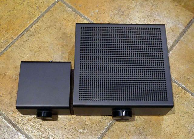 画像: Echo Link(左)とEcho Link Amp(右)のサイズ比較。本体の高さもEcho Linkが15mmほど低い