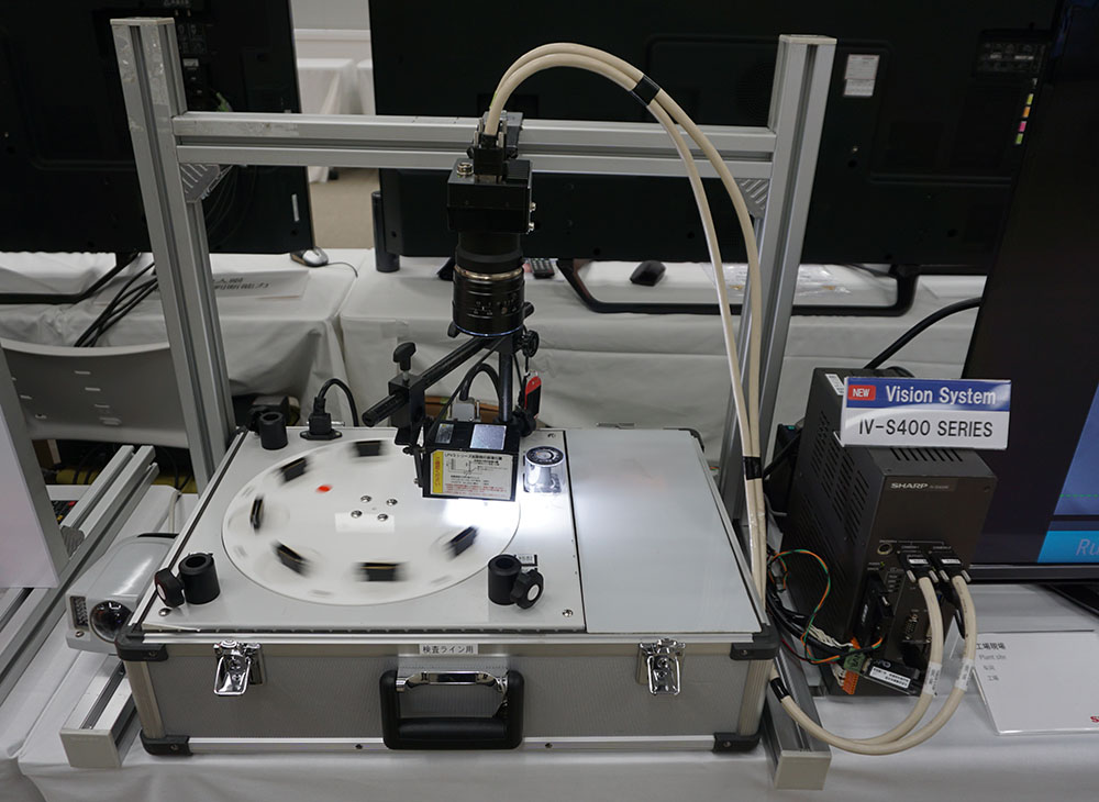 画像: ライン検査システムのデモ。上側に取り付けられているのが2,500万画素のカメラだ