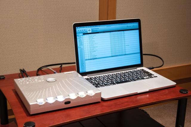 画像: ▲まず、Hugo M Scalerを使ったアップサンプラーの効果をチェック。DAVE直結と、Hugo M Scaler経由での音質の違いをハイレゾファイル『オペラ座の夜』(96kHz/24ビット/FLAC)収録の「ボヘミアン・ラプソディ」で聴き比べた