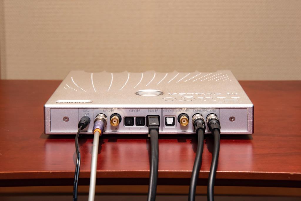 画像: ▲Hugo M Scaler(写真)とDAVEは2本のBNCケーブルを使ったデュアルBNC接続とした(右端の2本)。左からふたつめはUHDブルーレイプレーヤーからの同軸デジタルケーブルで、付属のRCA/BNC変換プラグを介して接続している