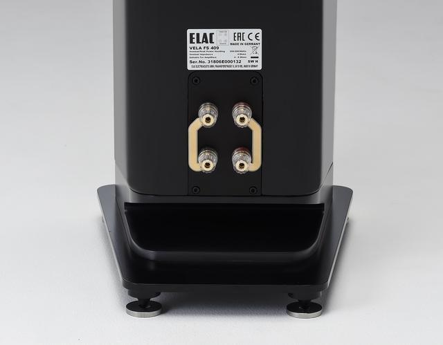 画像: ←スピーカー端子はVelaシリーズになってバイワイヤリング接続へと変更されている。「く」の字になっている開口部は下向きに設置されたバスレフポートの空気流動口になっており、Velaシリーズの特徴と言えるものだ(センタースピーカーを除く)