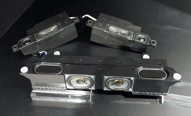画像: 「レグザ重低音バズーカオーディオシステム」のユニット。写真手前がサブウーファーのボックスで、2基のウーファーユニットと4基のパッシブラジエーターを内蔵する