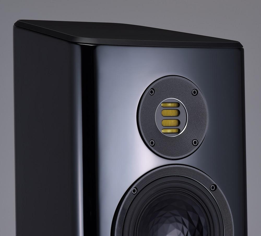 画像: ←搭載される第5世代(V)JET型トゥイーターは、ドイツ・キールにあるエラック本社工場でハンドメイドで生産されているもの。磁気回路はネオジウム、振動板はカプトン製のもので、Velaシリーズすべて共通のトゥイーターになっている。ウェーブガイドはすり鉢型のデザインになっており、より理想的な放射特性が得られているという