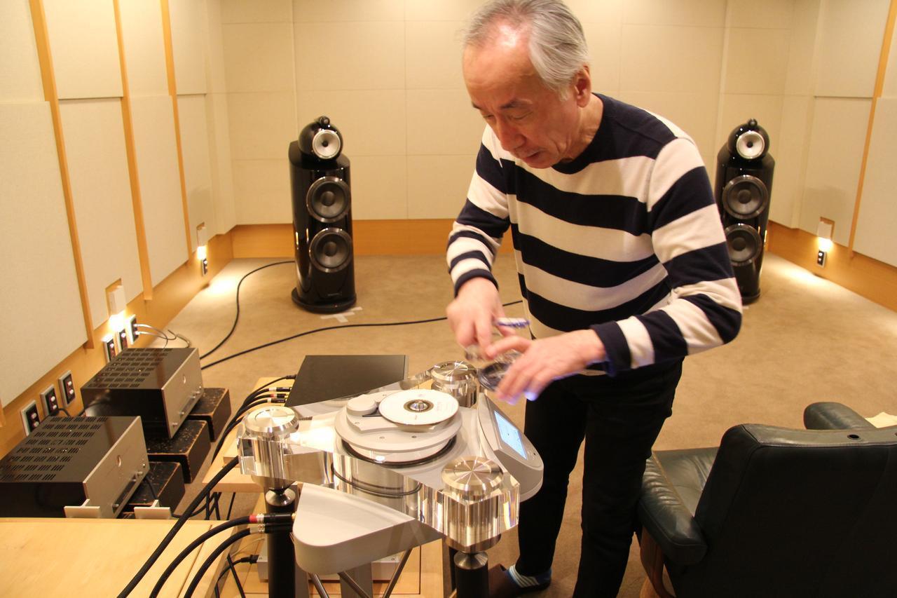 画像: 「2019春の注目新製品試聴」で取材する傅 信幸氏。フランス、メトロノーム・テクノロジーが手作り/少量生産で送り出す究極の一体型CD専用プレーヤーといえるDreamPlay ONEで試聴CDをセット中です。新製品試聴は注目の管球式プリアンプやハイグレードなフォノイコライザーも登場して盛りだくさんの取材となりました。