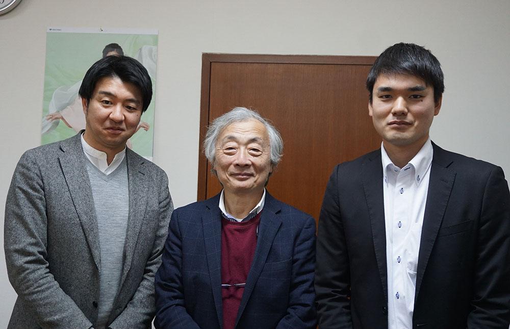 画像: 取材に協力いただいた、日本映画放送株式会社 営業局 プラットフォーム営業部 部長 小西福太郎さん(左)と編成制作局 編成制作部 サブチーフ 足立一樹さん(右)。中央が麻倉さん