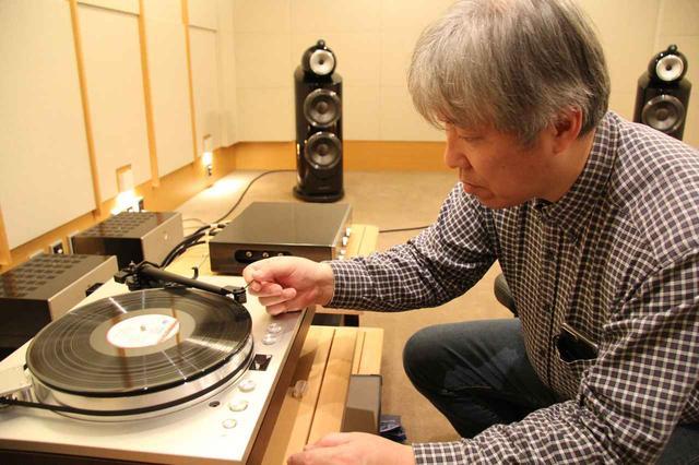 画像: 「最新トーンアームの音質を検証する」企画で取材中の三浦孝仁氏。リファレンス・プレーヤーはラックスマンPD171A。オプションのアームベースを活用し、標準搭載アームに加え、最新の7本のアームを付け替えて聴き比べました。写真のアームはダイナミックバランス型のSME SERIES V。リファレンス・カートリッジはフェーズメーションPP2000です。