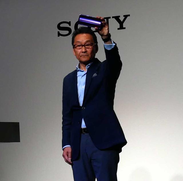 画像: Xperia 1を手にするソニーモバイルコミュニケーションズ 代表取締役社長 岸田光哉氏