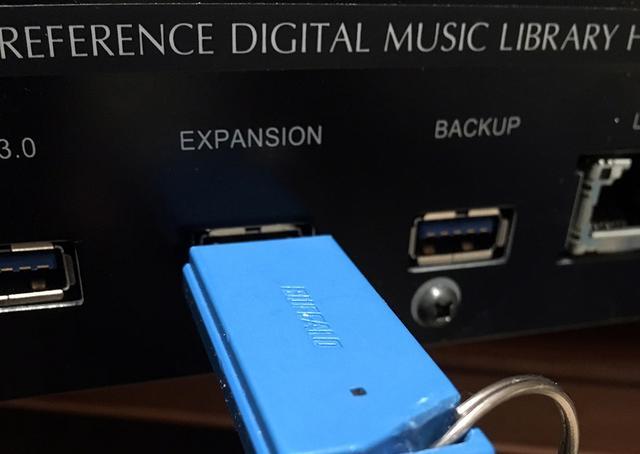 画像: 今回の試聴では、USBメモリーに保存した楽曲ファイルをN10およびN1ZH/2のリアパネルの拡張用USB端子から取み込み、再生した(写真はN1ZH/2の端子部)