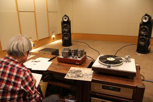 画像: 山中湖「記憶」を試聴する『管球王国』筆者の吉田伊織氏。スピーカーシステムはB&W800D3を使い、アナログレコードも聴きました。出力8W+8Wながら重厚で音色豊富な金管楽器の咆哮を描写しました。