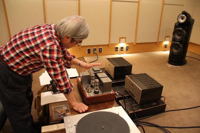 画像: 天板部のレイアウトを確認する吉田氏。トランス類は高音質で信頼性の高いISO製を採用します。