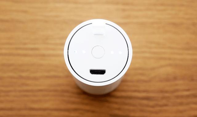 画像: 収納ケースへの充電はマイクロUSB端子で行なう。ボタンを押すと、残量も表示される