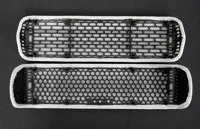 画像: XB32(上)と31(下)のグリル。XB32では開口率が上がっているのが分かる