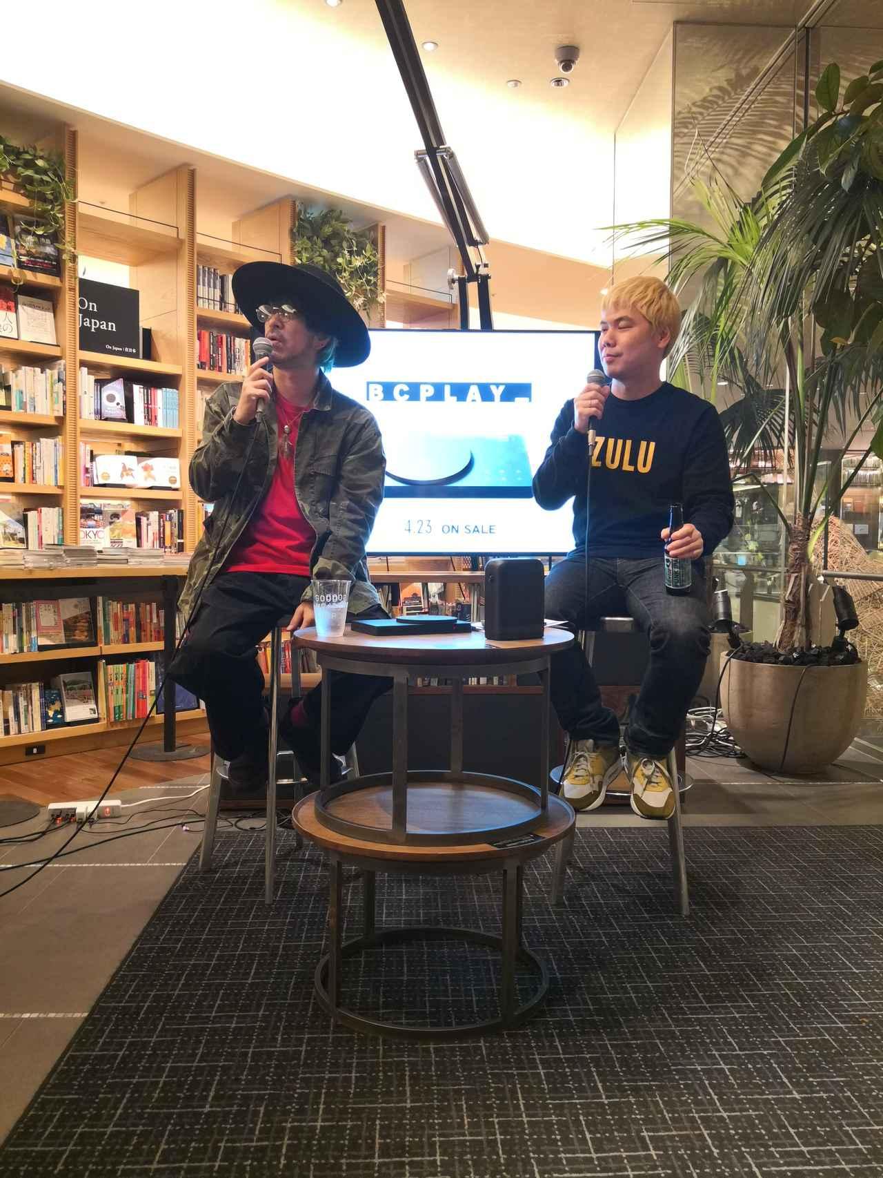 """画像: トークイベントに出席したLOW IQ 01氏(左)と司会の阿刀""""DA""""大志氏(右)"""