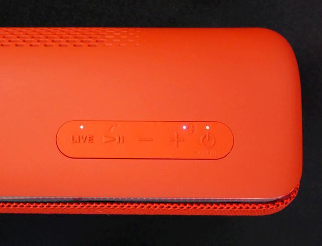 画像: 天面部分にライブサウンドモード用の「LIVE」ボタンが追加された