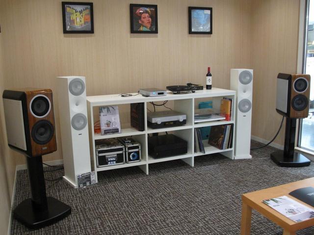 画像: 店内のリスニングルームでレコードが聴ける。スピーカーは日本のTAD CE1とフィンランドのアンフィオンArgon7LS。レコードプレーヤーはレガPlanar 8、フォノイコライザーはアメリカのPSオーディオNuWave Phono Converter。プリ/パワーアンプがTADだ