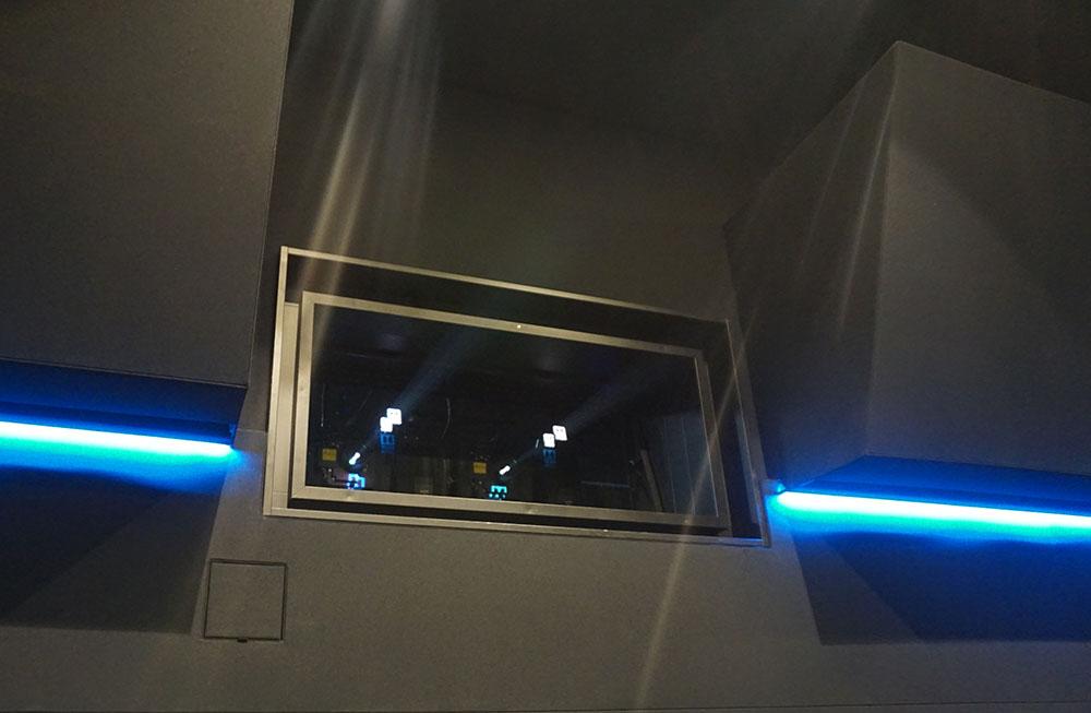 画像: ドルビービジョン用のレーザー光源プロジェクターを2基備えている