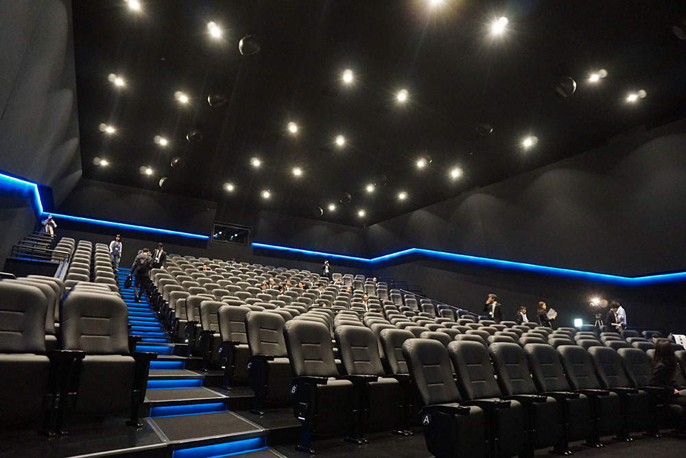 画像: シートの間隔も広く、ゆったりと座って映画の世界に浸れるはず。肘掛けも左右に設けられている