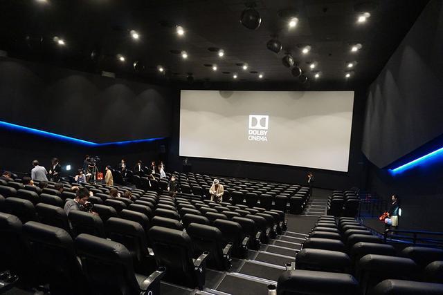画像: 劇場最後尾からスクリーンを臨む。ほどよい傾斜が設けられ、シートに座っても前の人の頭が気にならない