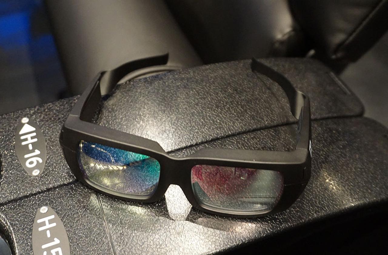 画像: ドルビー3D用のメガネ。ダイクロイックミラーを使って右目、左目用の映像を識別する仕組