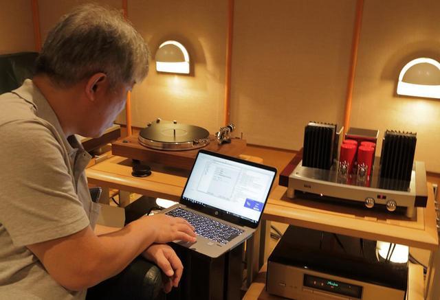 画像: ハイレゾ音源も使って試聴する三浦氏。