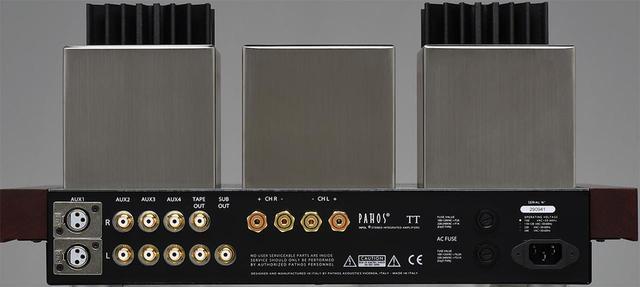 画像: リアビュー。4系統の入力の他に、テープ出力とサブウーファー出力を備える。木材と金属を巧みに組み合わせたデザインは創業時より変わらない。