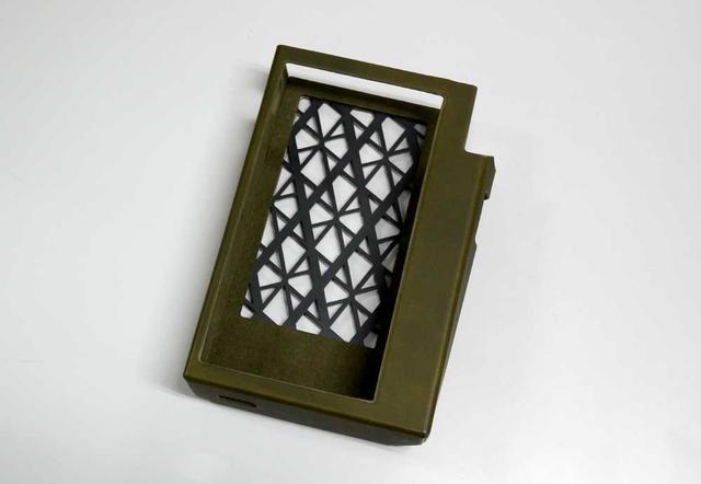 画像: 専用ケースのサンプル。背面には放熱用(?)のスリットがある
