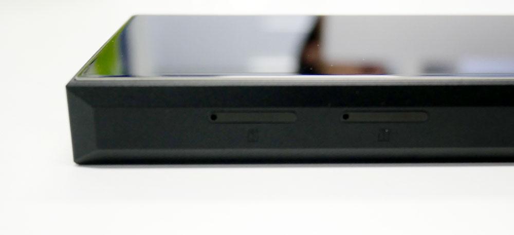 画像: マイクロSDカードスロットは、本体右側面に装備。SIMカードのようにピンを挿して開けるタイプ