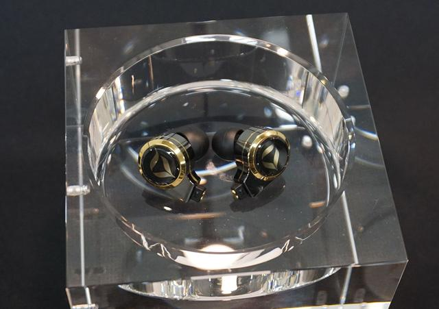 画像: 「DREAM XLS」の試作機。本体はチタンの切削筐体で、表面にはサファイアガラスを取り付けている