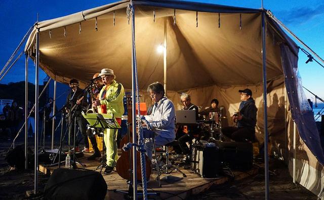 画像: オレンジ気分バンドのメンバーは、田村玄一さん(Pedal Steel)、柏原譲さん(Bass)、木暮晋也さん(Guitar)、あらきゆうこさん(Drums)、HAKASE-SUN(Keyboards)、高木完さん(DJ&Other)といった豪華な面々