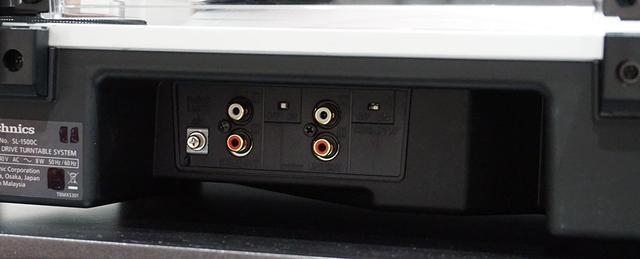 画像: SL-1500Cのリアパネル。左がPHONO出力で、右がLINE出力。その真ん中上側に切り替えスイッチが見える
