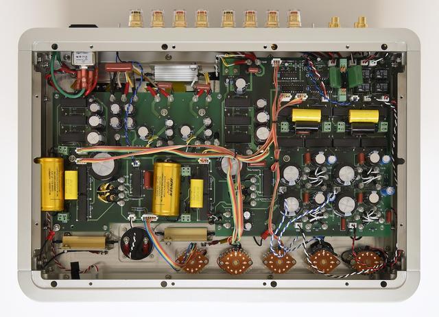 画像: 底板を外して内部を見る。高音質パーツを多用して全面に基板を使用し、効率的な配線を行なっている。