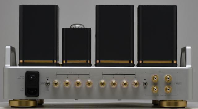 画像: リアビュー。右側の入力端子は上部がダイレクト、下部がACカップリングとなっていて、端子横のトグルスイッチで選択する。スピーカー出力は4、8、16Ωの3系統を装備。その左側はNFBのON/OFFスイッチとなる。